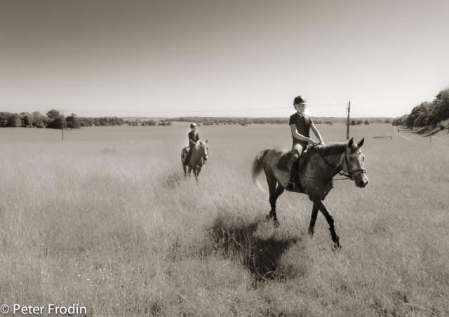 Marta och Greta med sina hästar