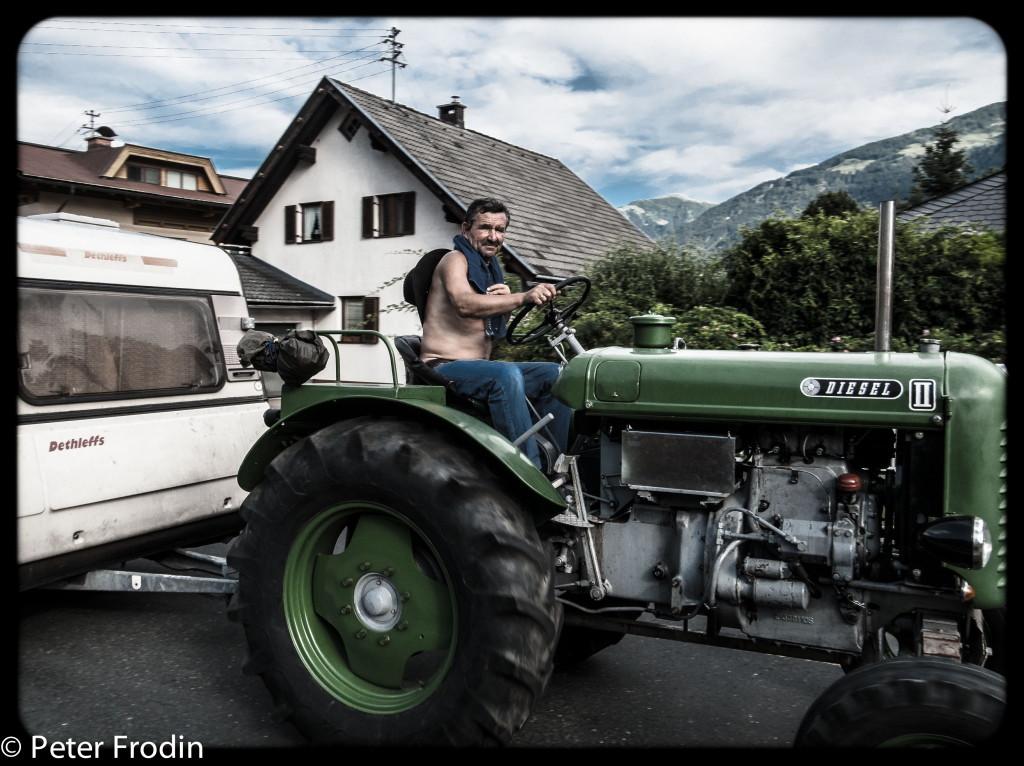 Sällskap om 5 husvagnar dragna av öppna gamla traktorer. Vi mötte dessa under en promenad.