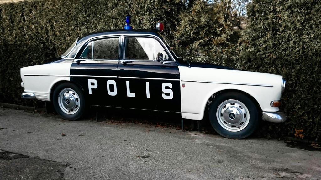 (Foto: Peter Frodin) Polisen övervakar alltid väg 104 i Harlösa. De kör helsvenskt, en gammal Amason.