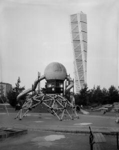 Turning Torso med en modern lekplats i förgrunden. Västra hamnen i Malmö