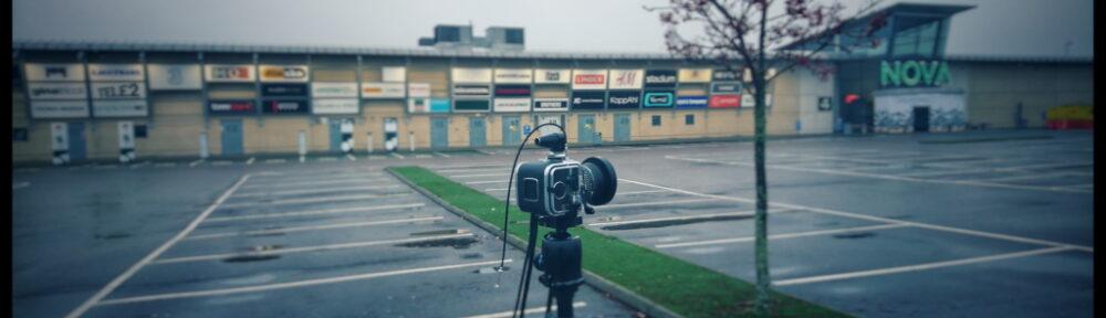 Dokumenterar köpcenter med Hasselblad SWC och färgfilm